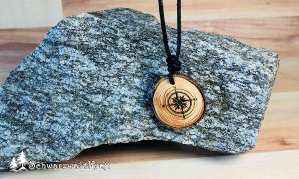 Amulett Kompass Fichte mit Rinde