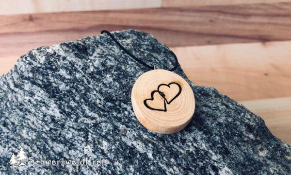 Holzanhänger Zwei Herzen ohne Rinde Buche