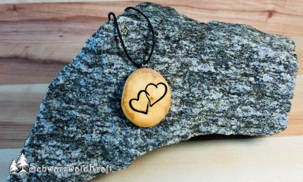 Holzanhänger Zwei Herzen Kirsche ohne Rinde