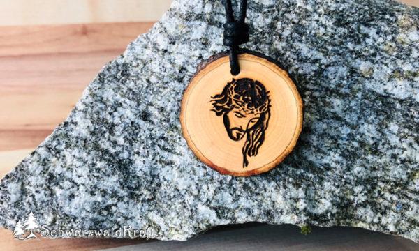 Amulett Jesus mit Rinde Erle