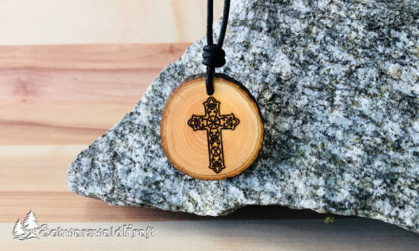 Amulett Kreuz Erle mit Rinde