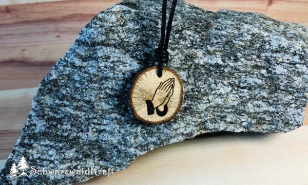 Amulett Betende Hände Eiche mit Rinde