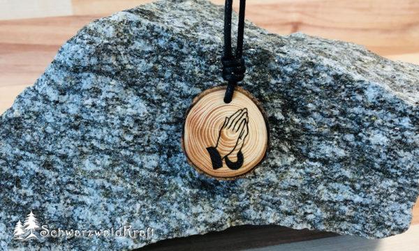 Amulett Betende Hände Fichte mit Rinde