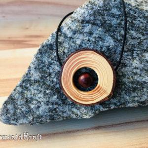 Holzanhänger mit roter Holzperle Douglasie