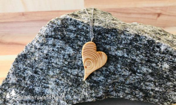 Halskette mit Holzanhänger Herz modern Fichte