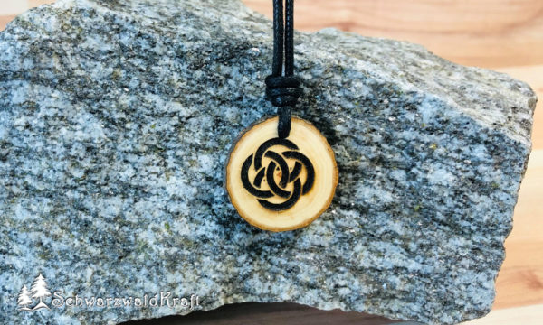 Amulett Holz kletischer Knoten Erle mit Rinde
