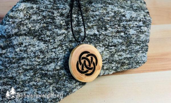 Amulett Keltischer Knoten Lärche ohne Rinde