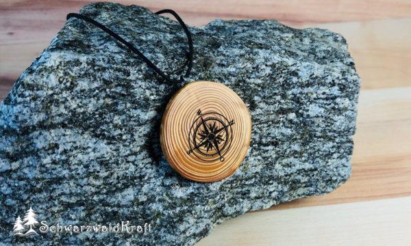Amulett Kompass Lärche ohne Rinde