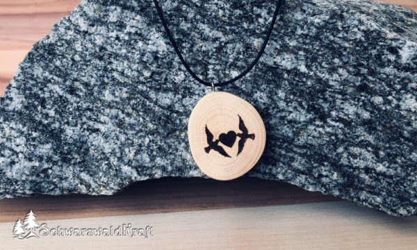 Holzanhänger Tauben mit Herz Buche ohne Rinde
