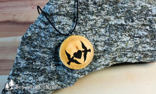 Holzanhänger Tauben mit Herz Kirsche ohne Rinde