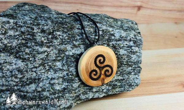 Amulett Triskele Lärche ohne Rinde