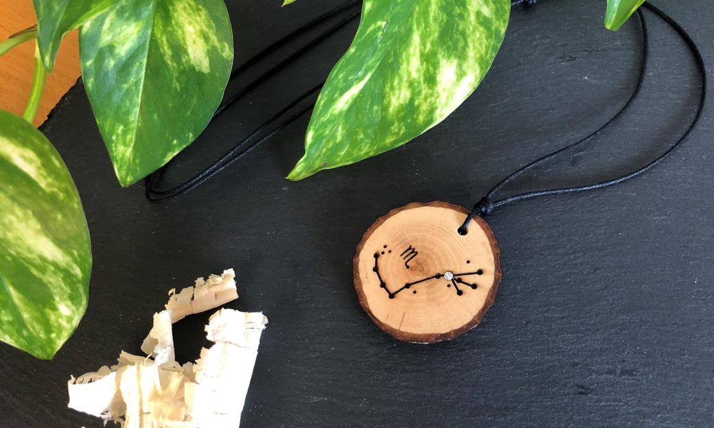 Holzschmuck mit Sternzeichen Skorpion